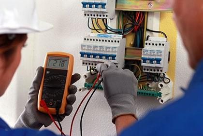 ביצוע בדיקות חשמל